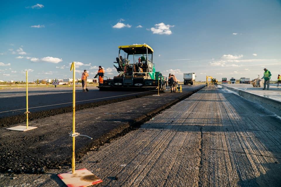 Обустройство пандуса из асфальтобетона для плавного съезда с новой рулежной дорожки на старую полосу в аэропорту Одесса