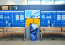 Раковина для слива воды перед пунктом контроля в аэропорту Прага