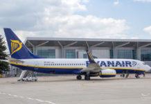 Самолет Boeing 737-800 Ryanair в аэропорту Харьков