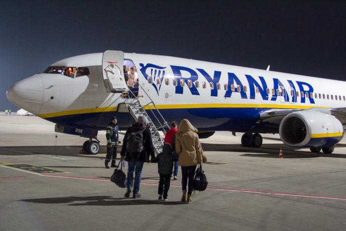 Посадка пассажиров в самолет Ryanair