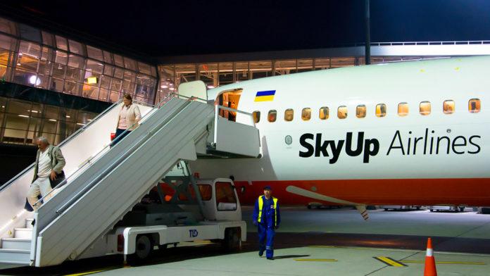 Пассажиры выходят из самолеты SkyUp