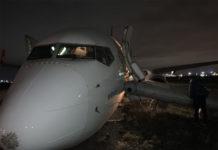 Boeing 737-800 Turkish Airlines со сложившейся стойкой шасси на полосе в аэропорту Одесса