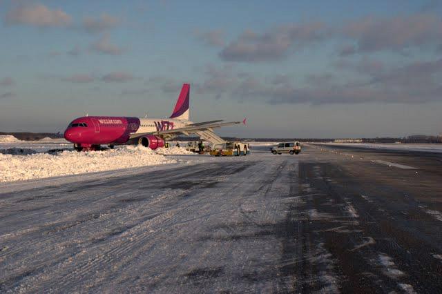 Airbus A320 UR-WUB Wizz Air Ukraine в аэропорту Борисполь в декабре 2009 года после выкатки с полосы в снег