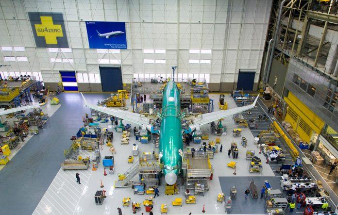 Сборка самолета 737 MAX на заводе Boeing