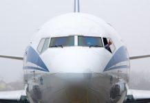 Самолет в аэропорту Львов
