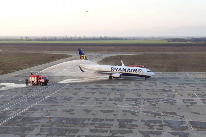 Водяной салют для первого рейса Ryanair в Херсон