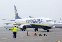 Boeing 737-800 заруливает на стоянку