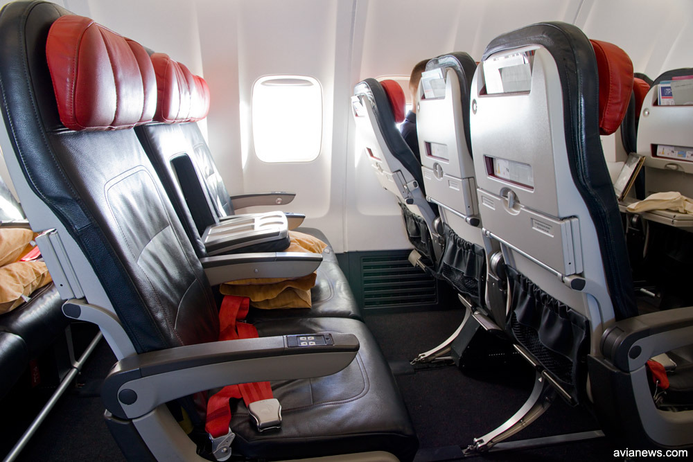 Кресла в узкофюзеляжных самолетах Turkish Airlines в одноклассной компоновке. Для пассажиров бизнес-класса блокируется среднее кресло, которое превращается в столик для напитков
