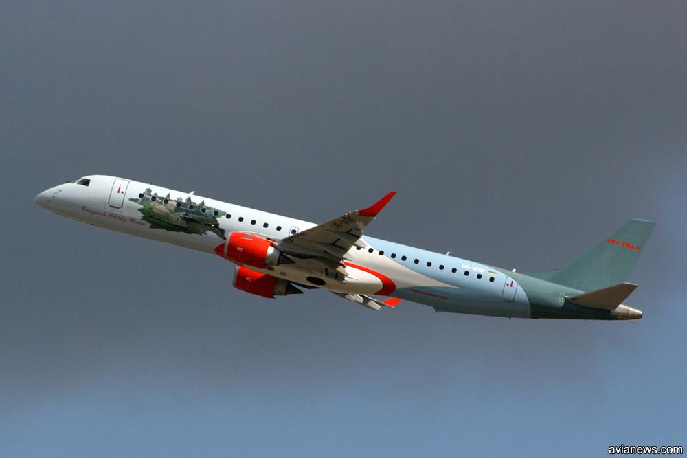 """Embraer 195 """"Роза Ветров"""" в 2009 году. Самолет с изображением крепости в Каменец-Подольском."""