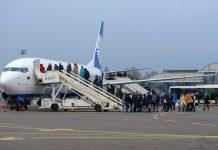 Пассажиры садятся в самолет в аэропорту Жуляны
