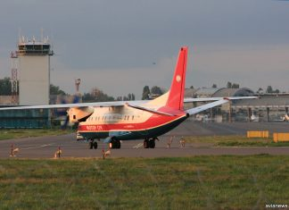 Самолет на фоне диспетчерской вышки в аэропорту Жуляны