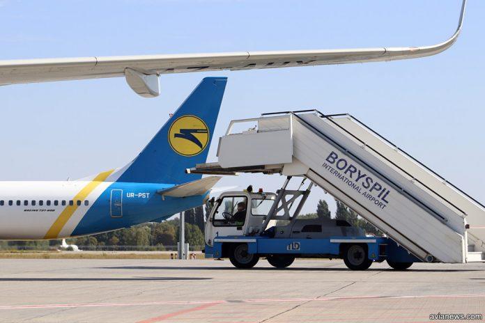 Трап в аэропорту Борисполь подъезжает к самолету МАУ