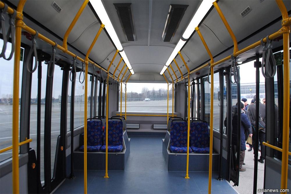 Пассажирский салон в перронном автобусе МАЗ 271, вид в хвостовую часть