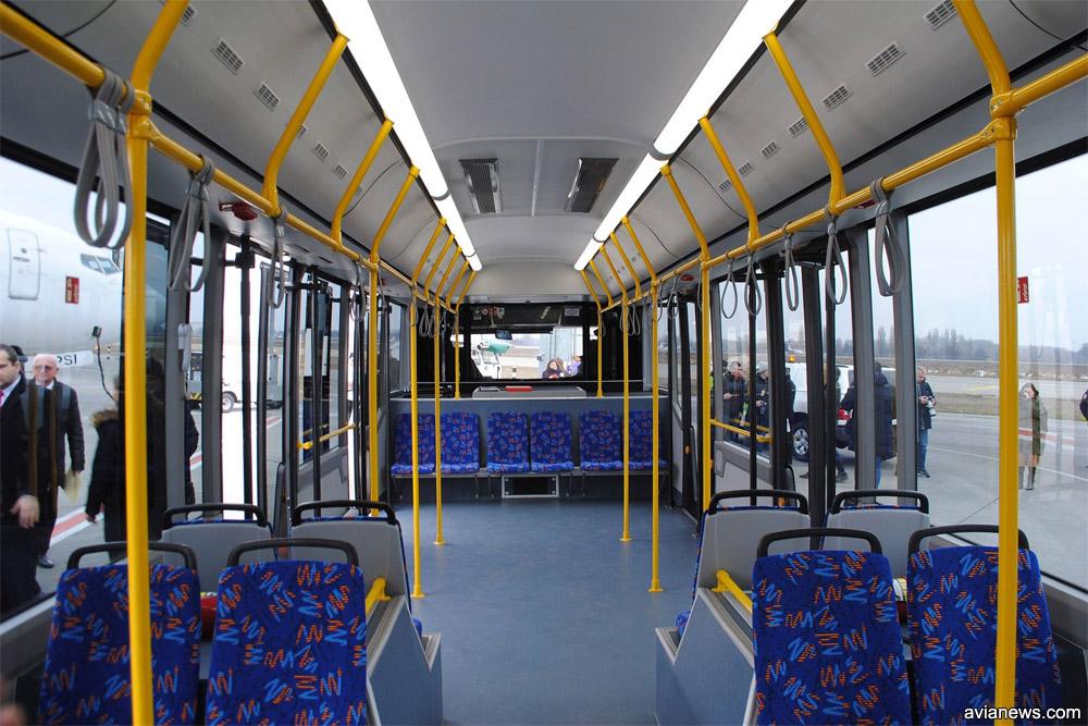 Пассажирский салон в перронном автобусе МАЗ 271, вид в сторону кабины водителя