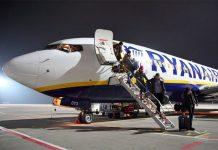 Высадка пассажиров из самолета Ryanair в аэропорту Харьков