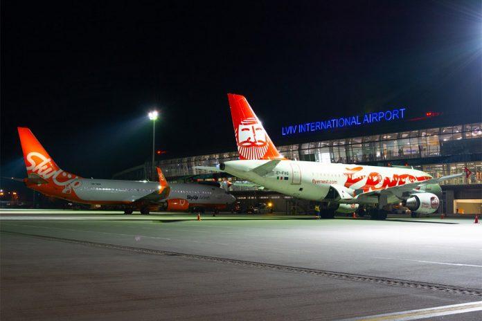 Самолеты на перроне у терминала в аэропорту Львов