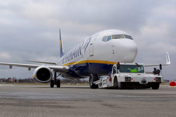 Буксировка Boeing 737-800 Ryanair