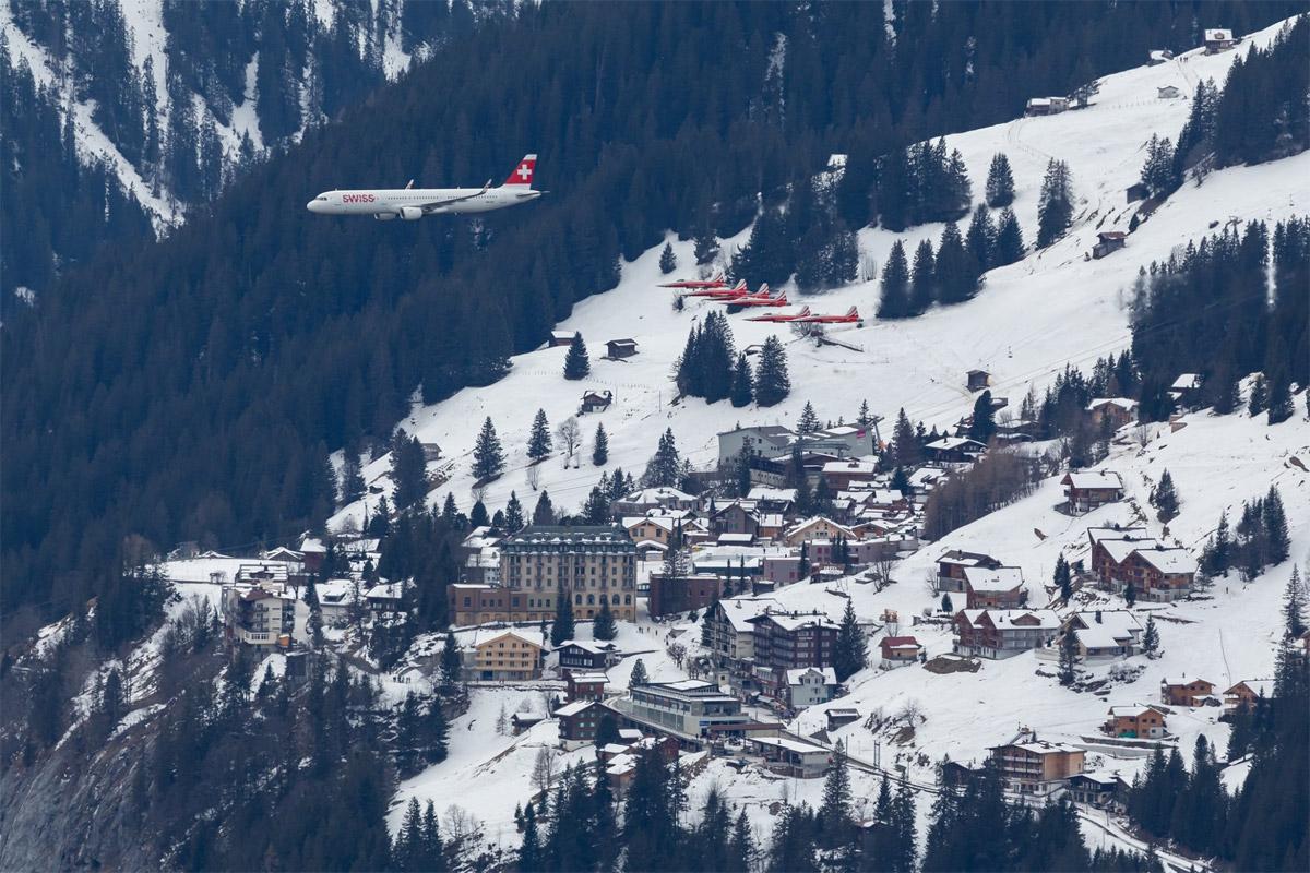 Airbus A321 Swiss в сопровождении истребителей Northrop F-5E Tigers пилотажной группы Patrouille Suisse