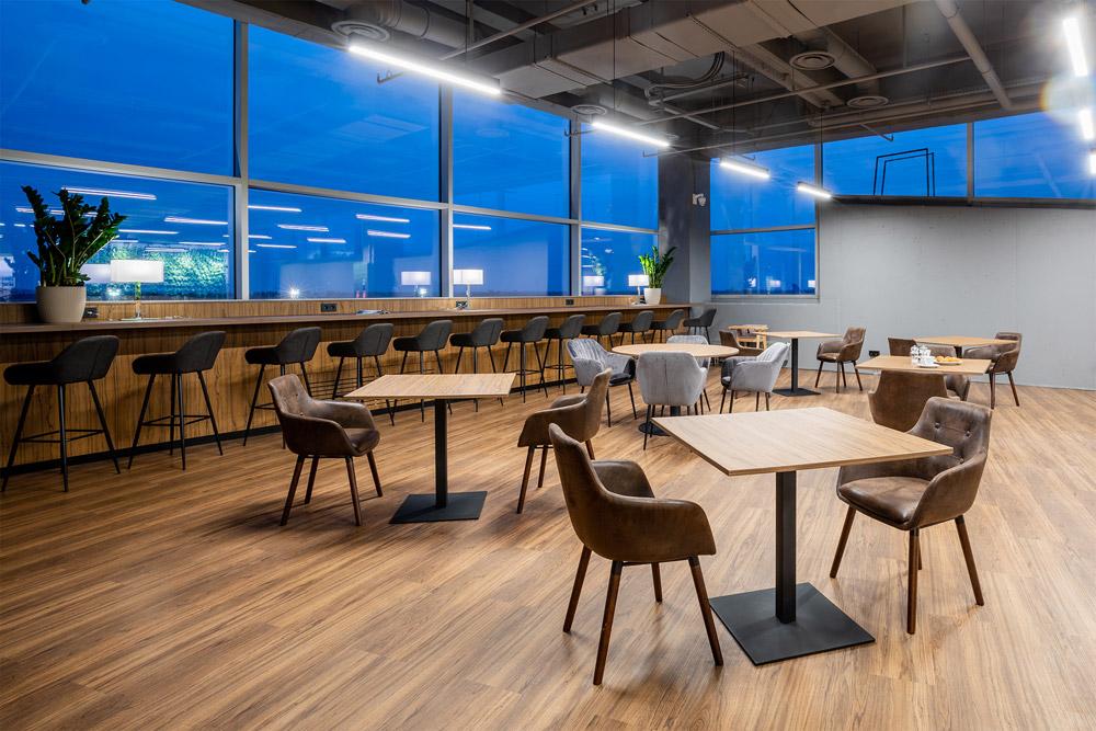 Ресторанная зона на первом уровне бизнес-зала Atmosfera Fly в аэропорту Борисполь, терминал D