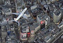 Boeing 737 JAL заходит на посадку над Токио в аэропорт Ханеда