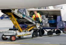 Разгрузка багажа пассажиров из самолета