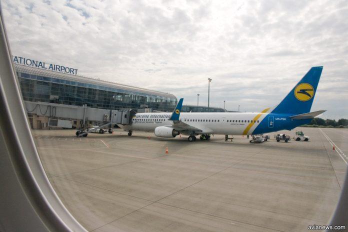 Вид на Boeing 737-900ER МАУ из окна самолета