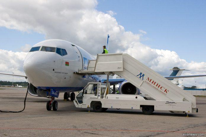 Самолет в аэропорту Минск