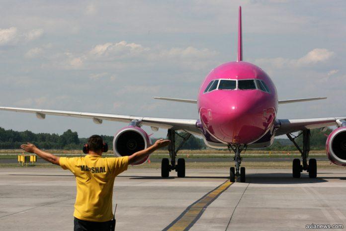 Самолет заруливает на стоянку в аэропорту