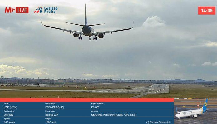 Скриншот прямой трансляции из аэропорта Прага. На посадку заходит Boeing 737 МАУ