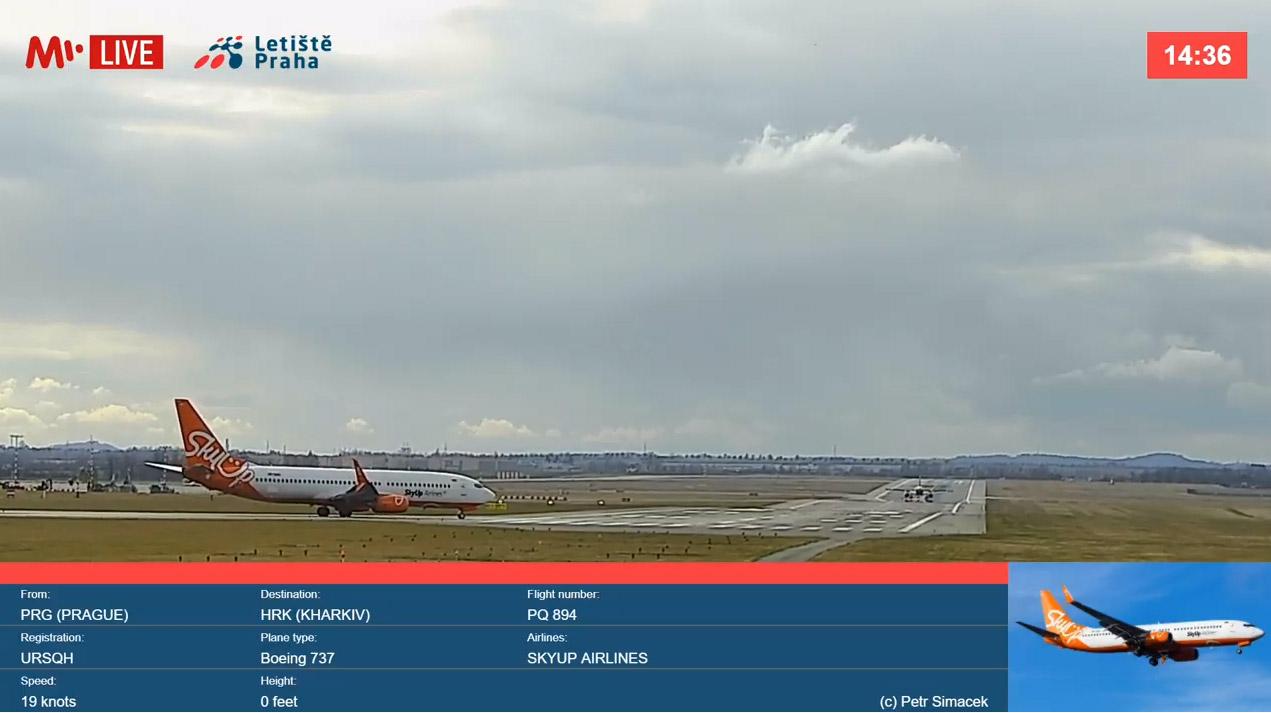 Скриншот прямой трансляции из аэропорта Прага. На полосу выруливает Boeing 737 SkyUp
