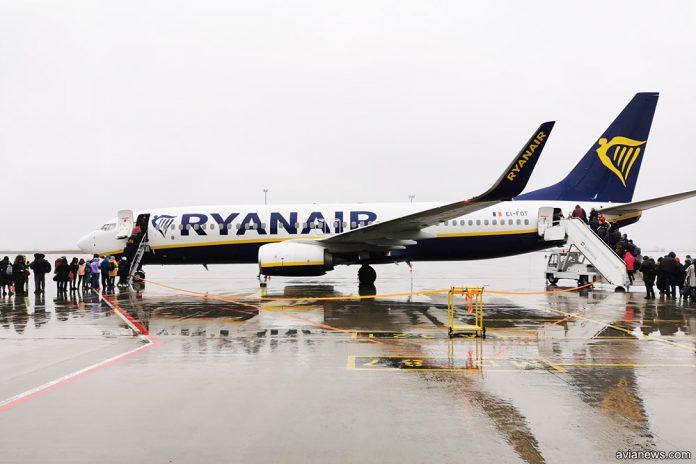 Посадка пассажиров в Boeing 737-7800 Ryanair