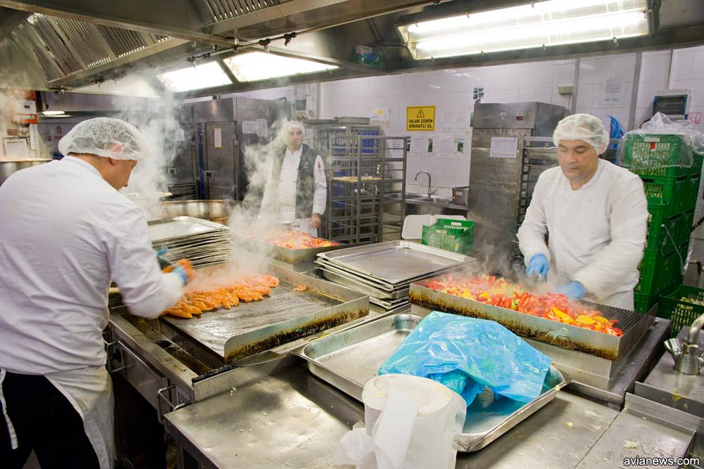 Горячий цех Turkish Do & Co. Приготовление мяса и овощей-гриль