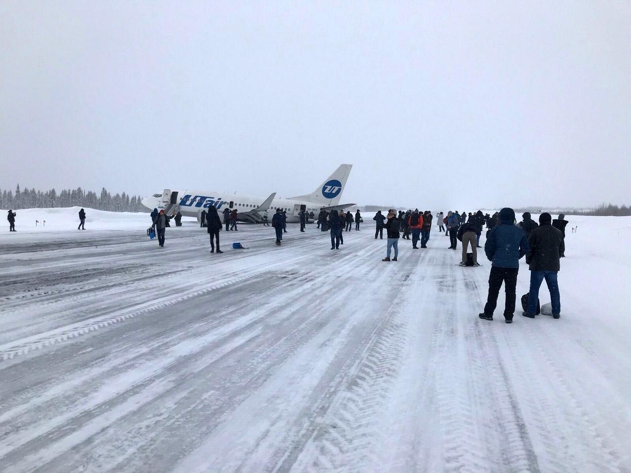 """Пассажиры на полосе аэропорта Усинск после эвакуации из Boeing 737-500 """"Ютэйр"""" после жесткой посадки"""