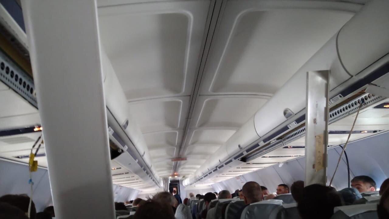 """Декоративные панели в салоне Boeing 737-500 """"Ютэйр"""" отделились из-за жесткой посадки"""