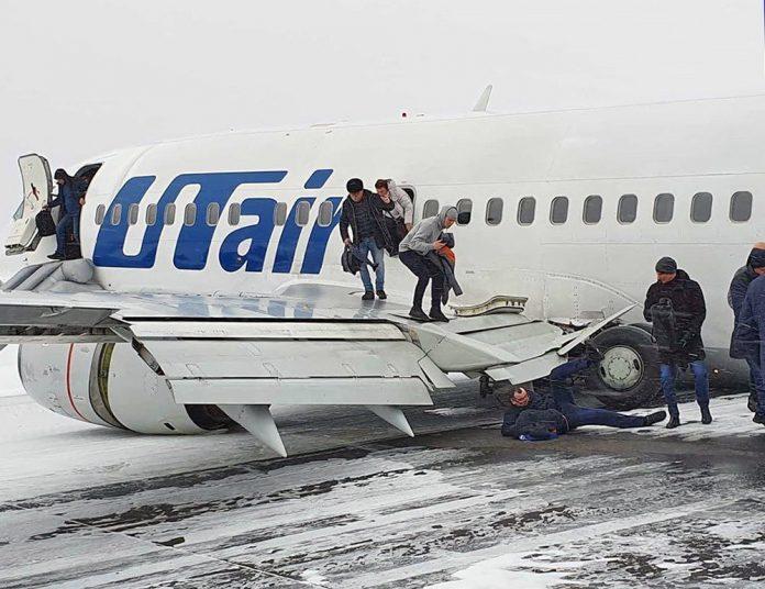 Эвакуация пассажиров из Boeing 737-500