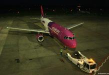 Буксировка самолета A320 Wizz Air