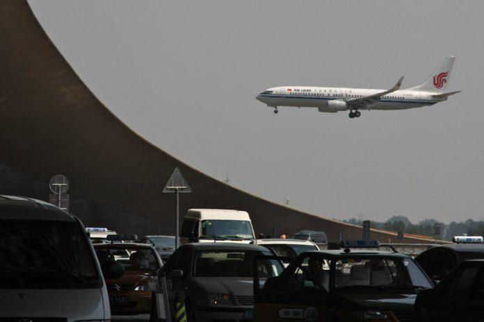Boeing 737 Air China заходит на посадку в аэропорту Пекина