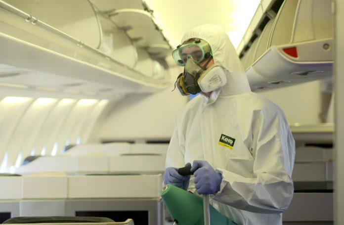 Процесс дезинфекции самолета