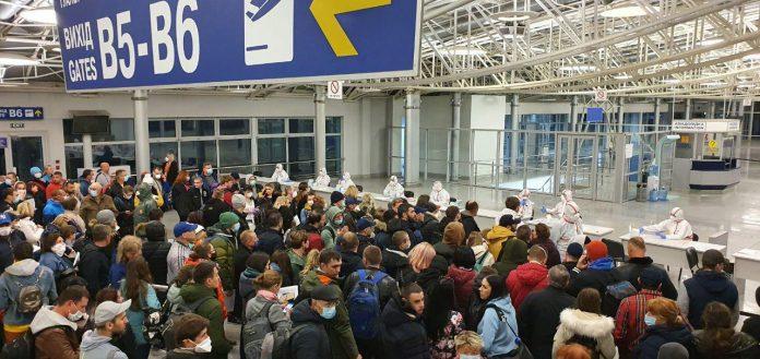 Очередь пассажиров, прилетевших в аэропорт Борисполь эвакуационным рейсом