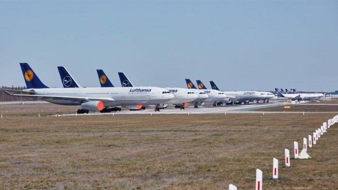 Запаркованные на закрытой взлетно-посадочной полосе самолеты Lufthansa в аэропорту Франкфурта