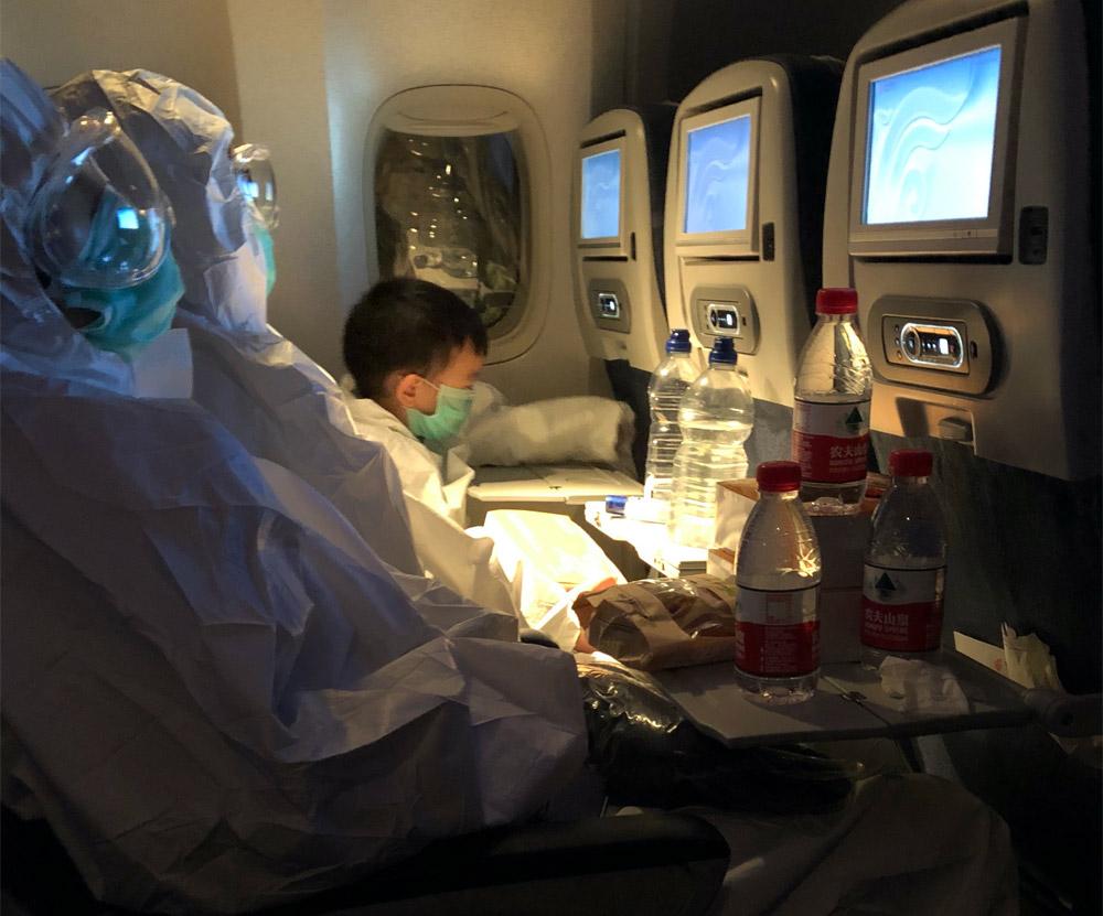 Пассажиры на рейсе в Китай в защитной экипировке