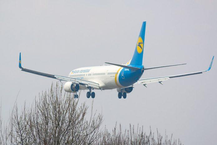 Boeing 737-800 МАУ заходит на посадку
