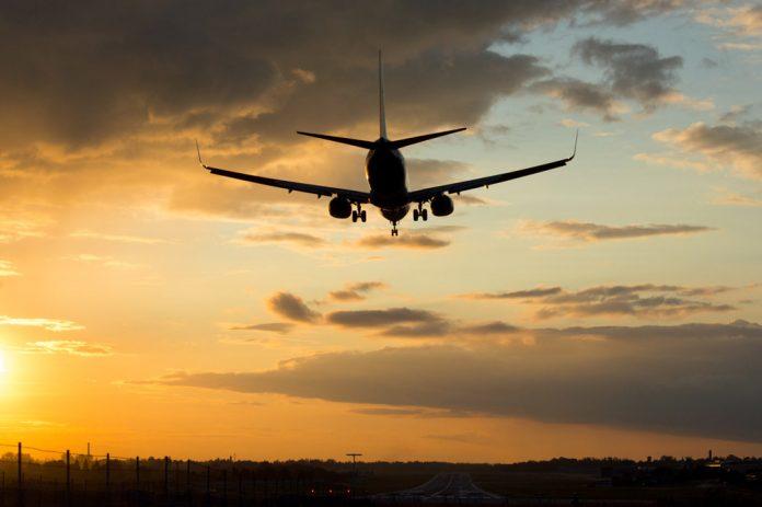Самолет заходит на посадку во время заката