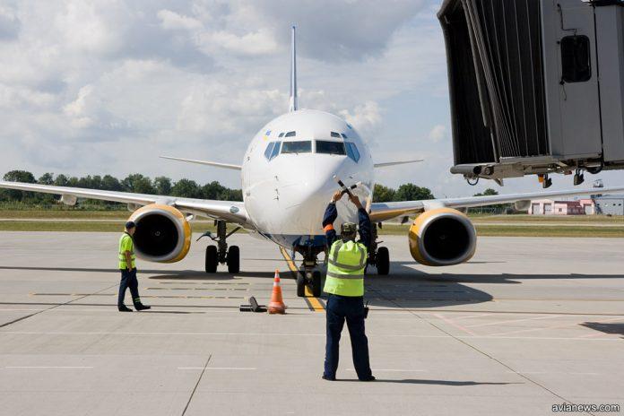 Самолет заруливает на стоянку под телетрап