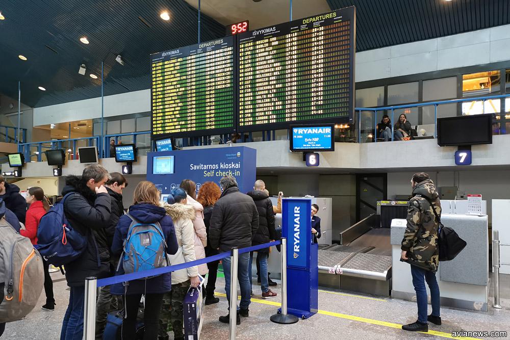 Регистрация пассажиров Ryanair на стойке в аэропорту