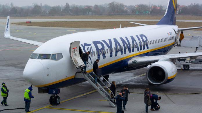 Высадка пассажиров из самолета Ryanair
