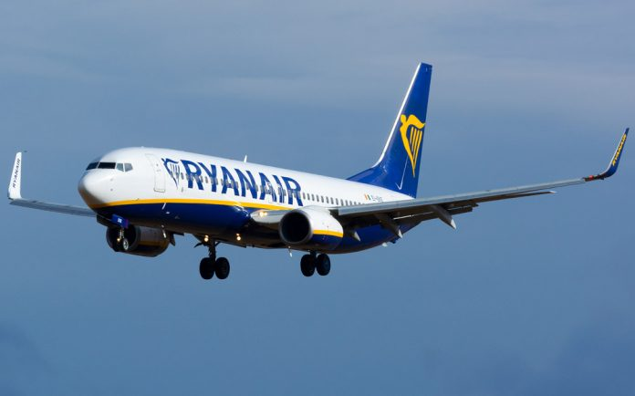 Boeing 737-800 Ryanair в небе