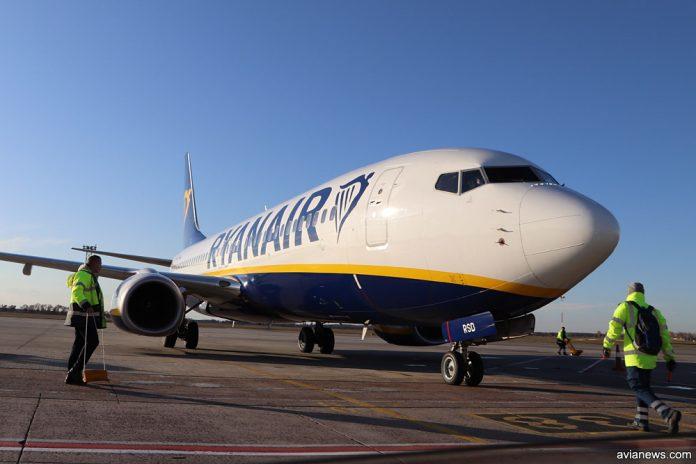 Boeing 737-800 Ryanair на стоянке в аэропорту