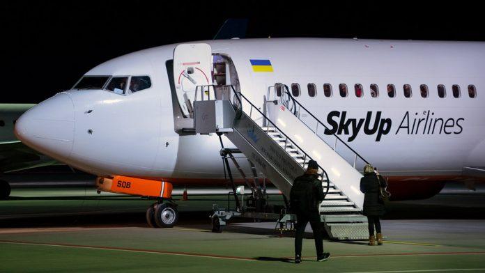 Посадка пассажиров в самолет SkyUp