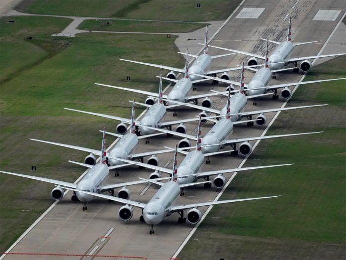 Взлетно-посадочная полоса аэропорта Талса как временная парковка для самолетов American Airlines